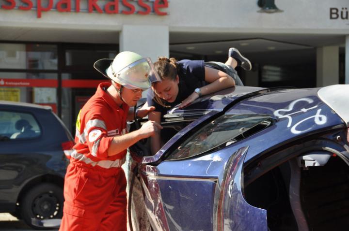Sanitäter erkunden die Lage der Verletzten