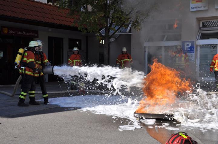 Angriffstrupp unter Atemschutz bei der Brandbekämpfung mit Löschschaum